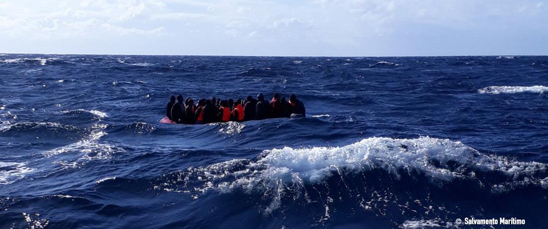 Imagen patera salvamento marítimo